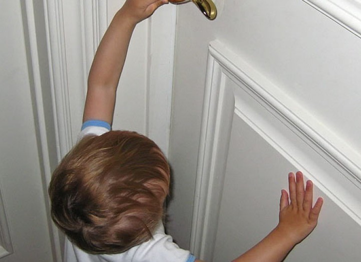 Ребенок не может открыть дверь