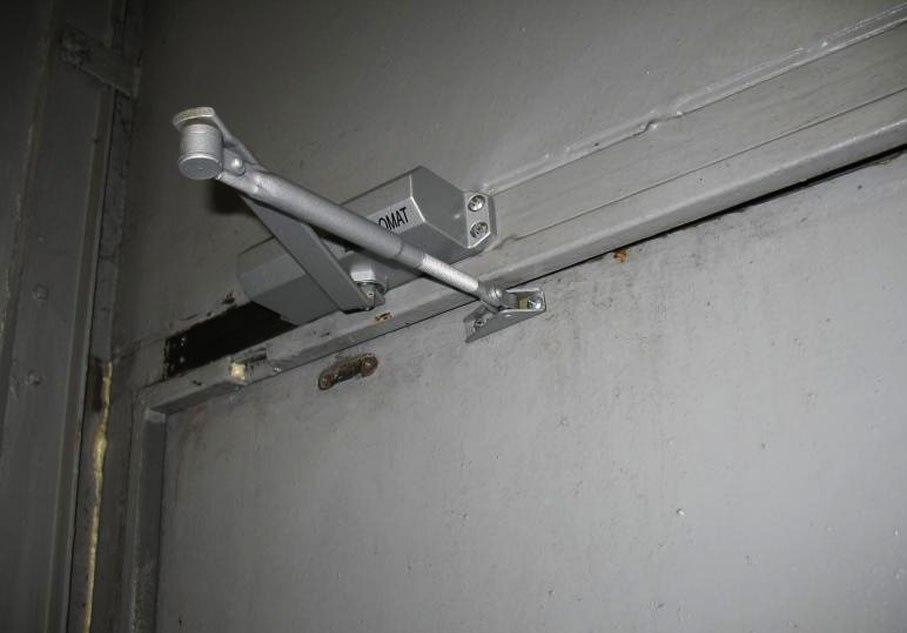 Доводчик металлической двери