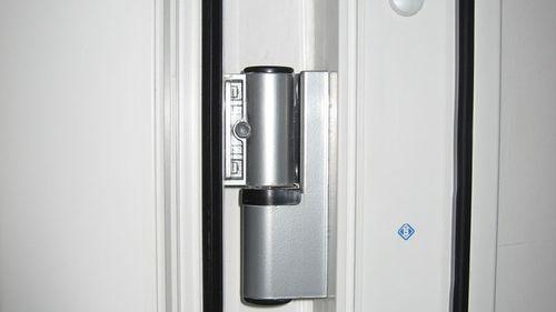 Петля балконной двери