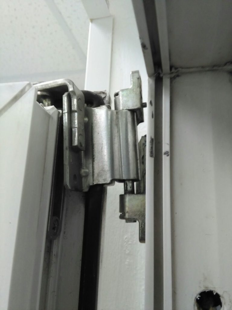 Сорванная петля двери на балконе