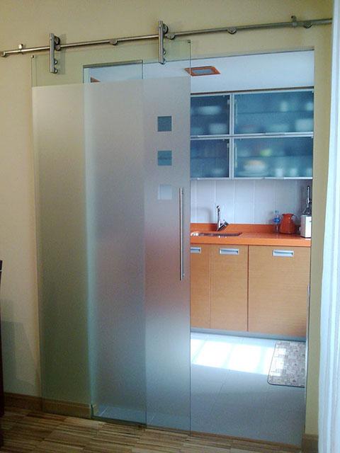 Стеклянная раздвижная дверь на кухне