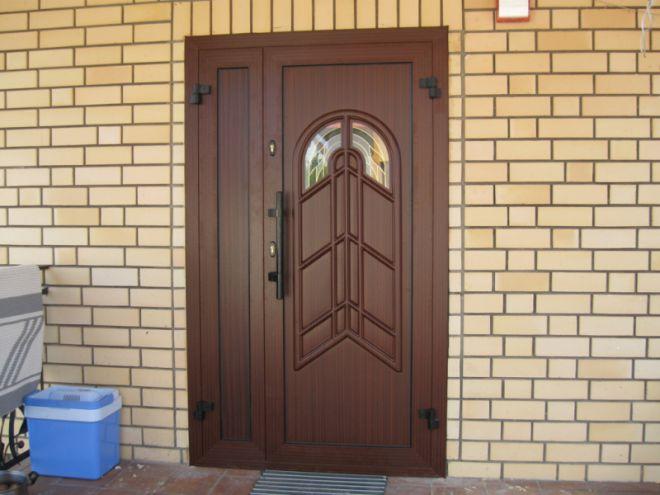 Пластиковая дверь на даче