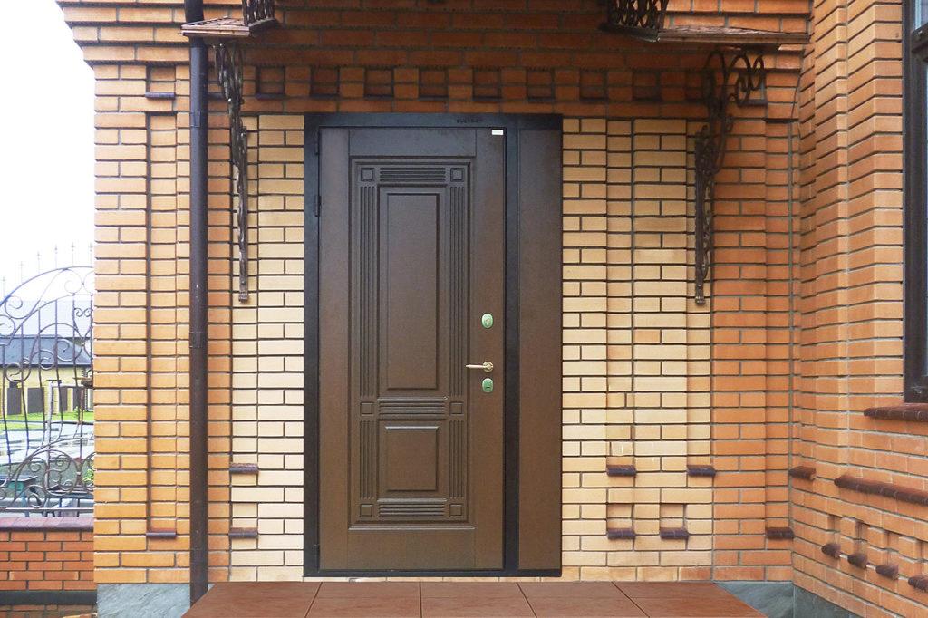 Дверь на входе в коттедж