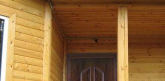 Входная металлическая дверь в частном доме