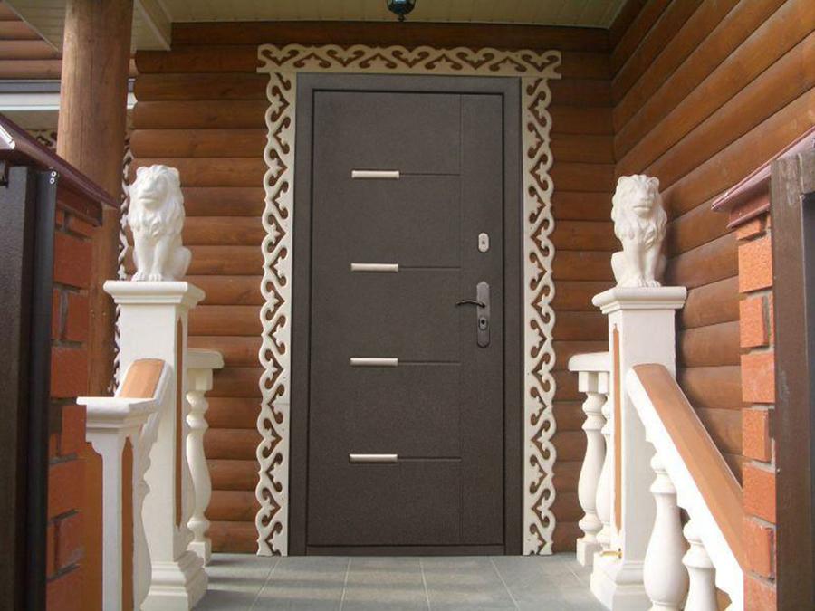 Металлическая дверь на входе в дом