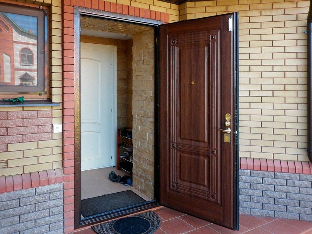 Двойная дверь в тамбуре