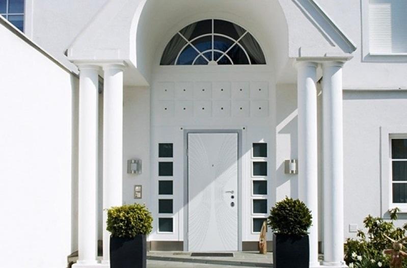 Белая дверь в частном доме