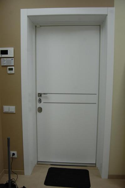 Белая входная дверь в прихожей
