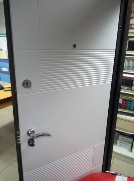 Дверь из металла белого цвета