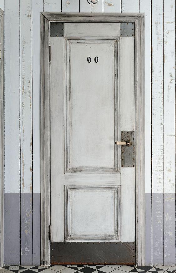 Входная деревянная дверь для лофта