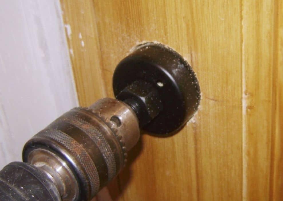 Выпиливание отверстия в двери под ручку