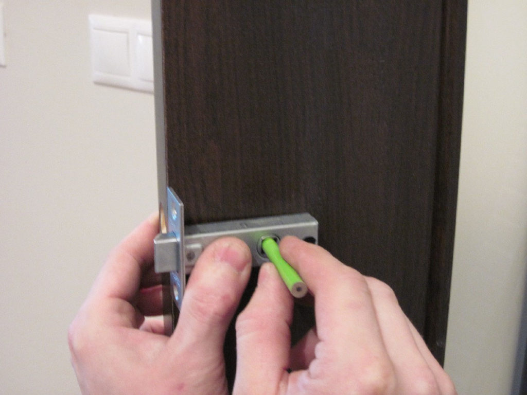 Разметка места под руку на полотне двери