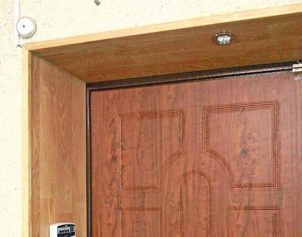Откос входной двери, декорированный МДФ панелями