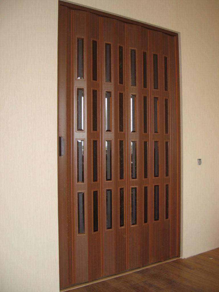 Дверь-гармошка со вставками стекла