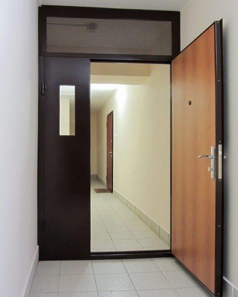 Двупольная дверь в тамбуре