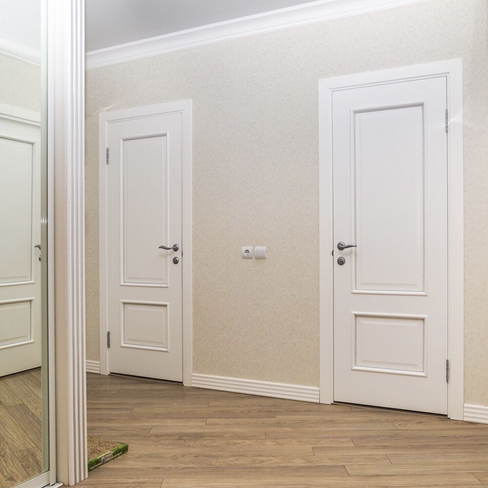 Белые двери в интерьере квартиры фото
