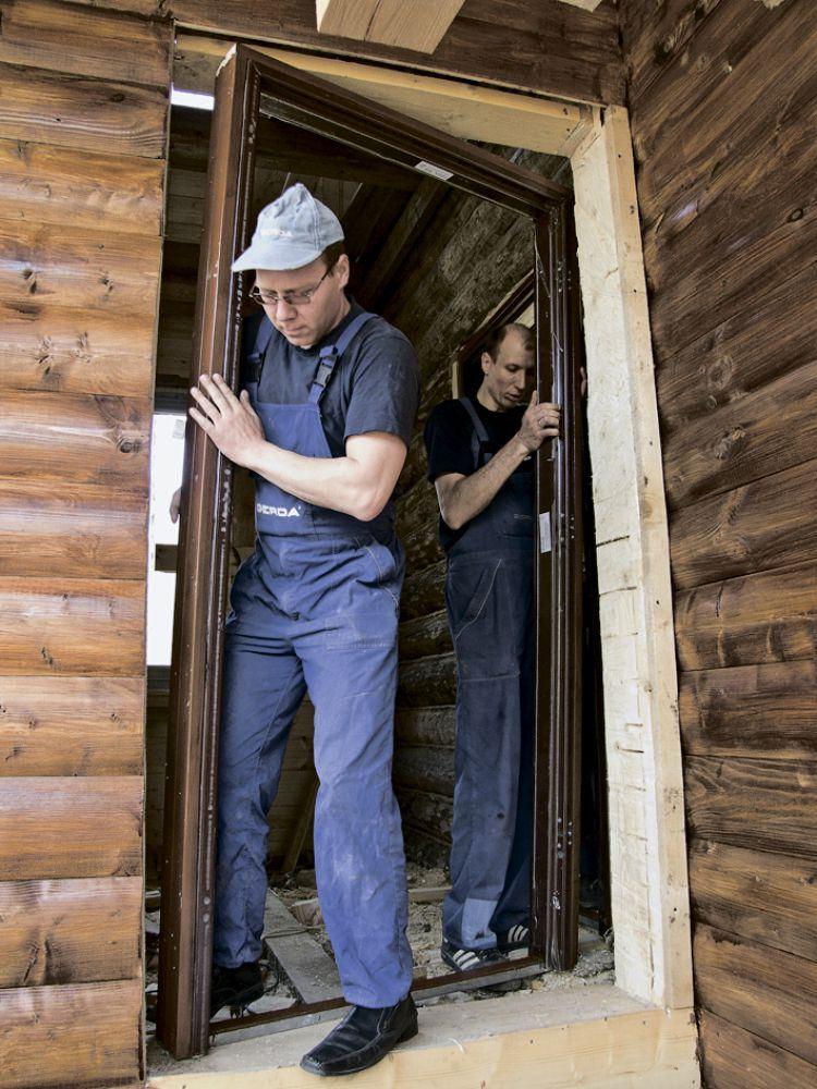Монтаж металлической двери в дом из дерева