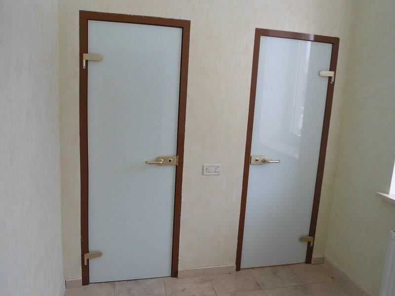 Дверь в туалет из стекла