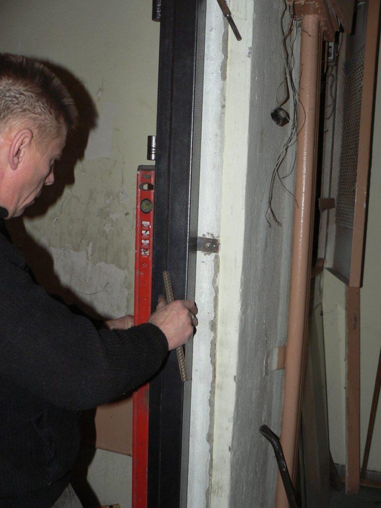 Монтаж коробки железной двери