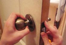 Снятие круглой ручки двери