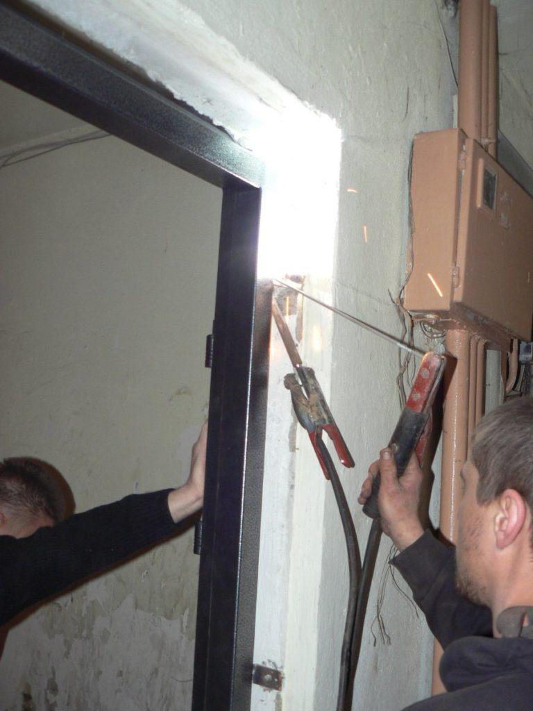 Сварка коробки металлической двери