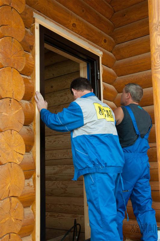 Монтаж железной двери в деревянном доме
