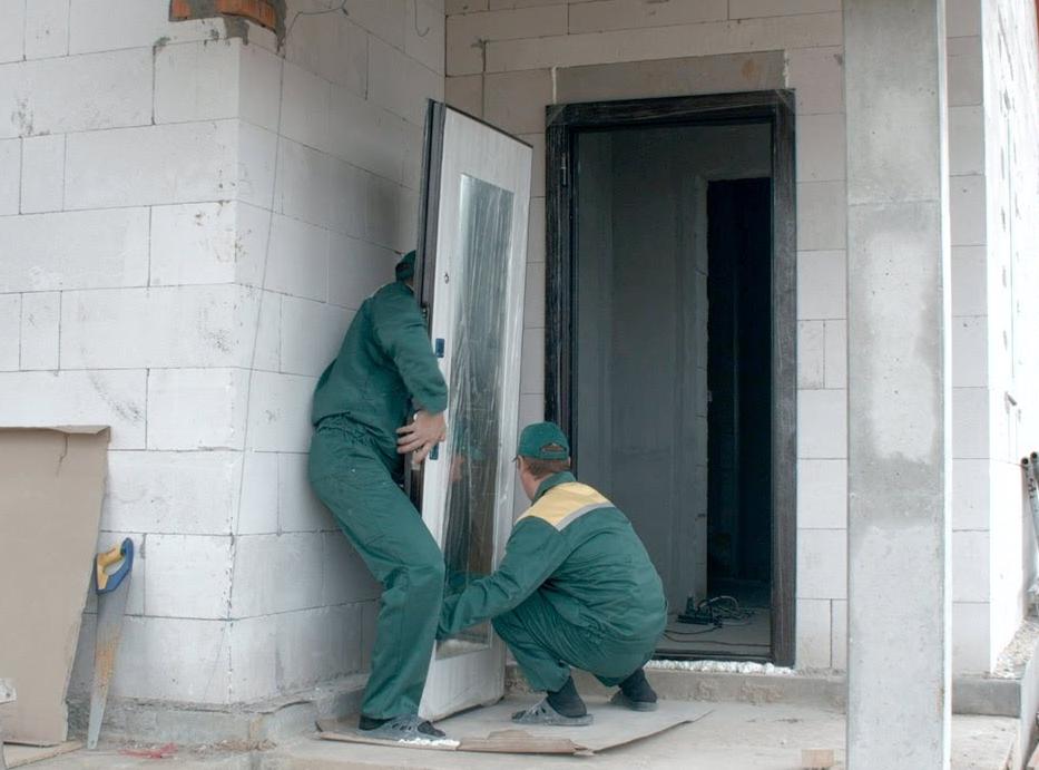 Установка входной двери в дом