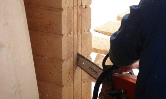 Выпиливание паза под установку входной двери в деревянном доме