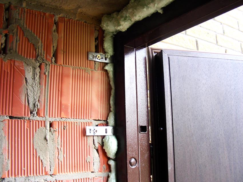 Крепление коробки двери