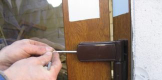 Регулировка петли пластиковой двери