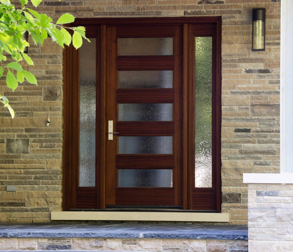 Входная дверь со стеклом в дом