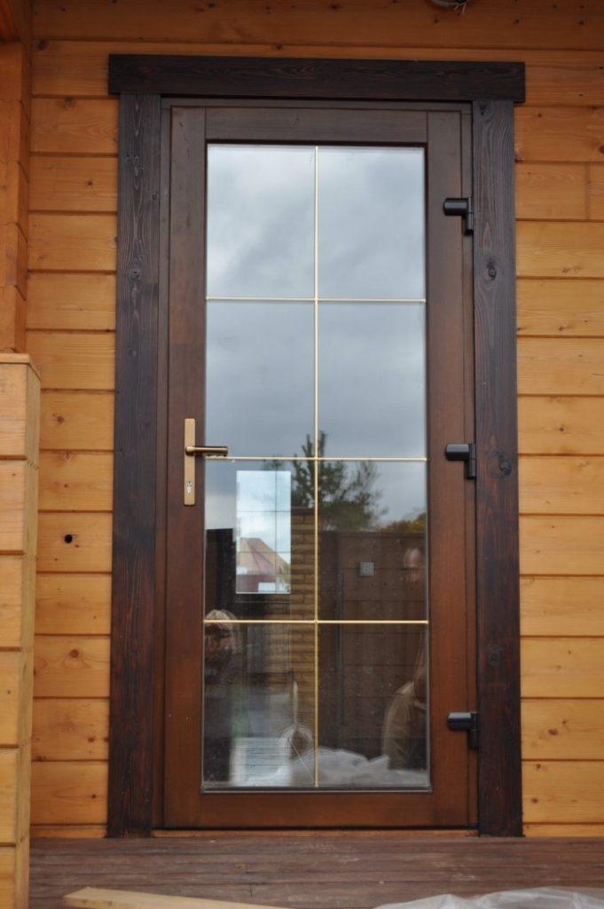 Дверь с большой площадью остекления в дом