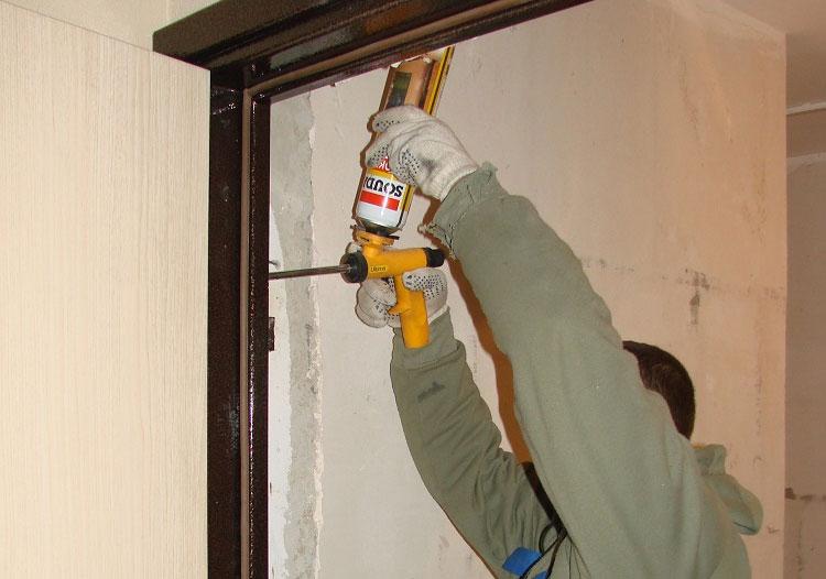 Запенивание металлической двери