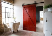 Красная амбарная дверь