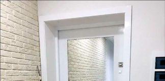 Белая входная дверь с вставкой из зеркала