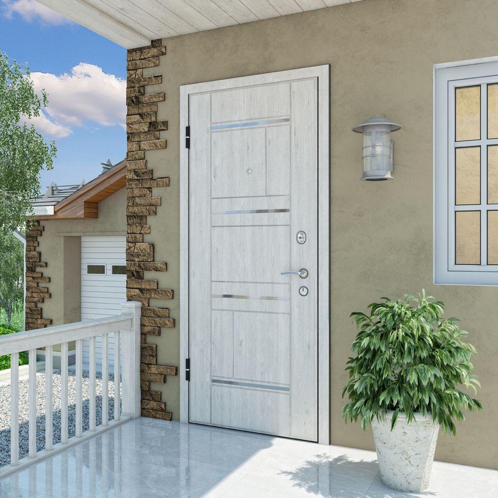 Белая дверь на входе в частный дом