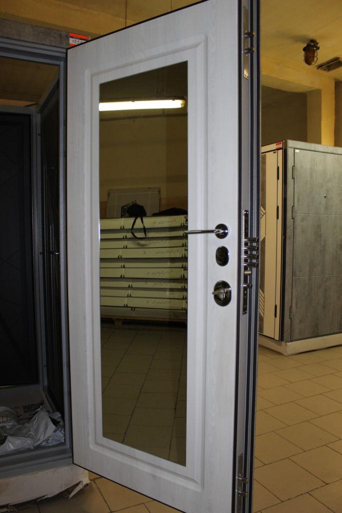 Полотно белой двери