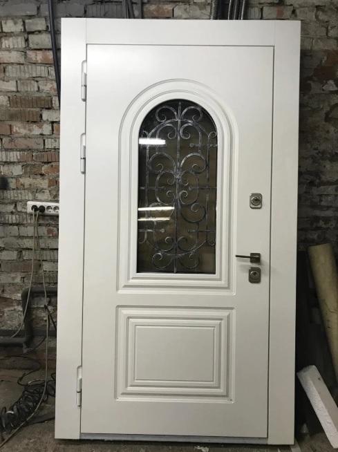 Белая дверь с остеклением