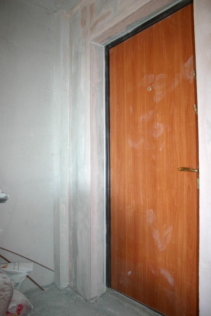 Проем входной двери с отделкой гипсокартоном