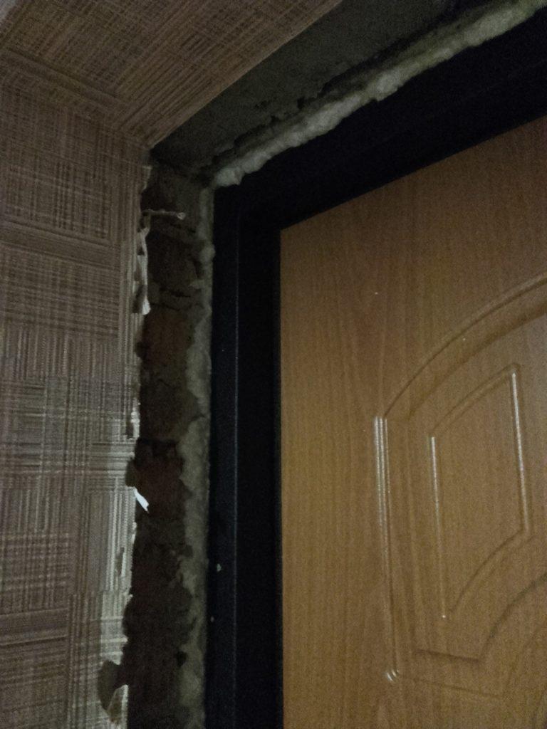 Проем входной двери без отделки