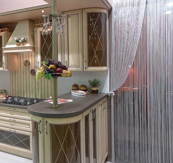 Занавески в проеме на кухне