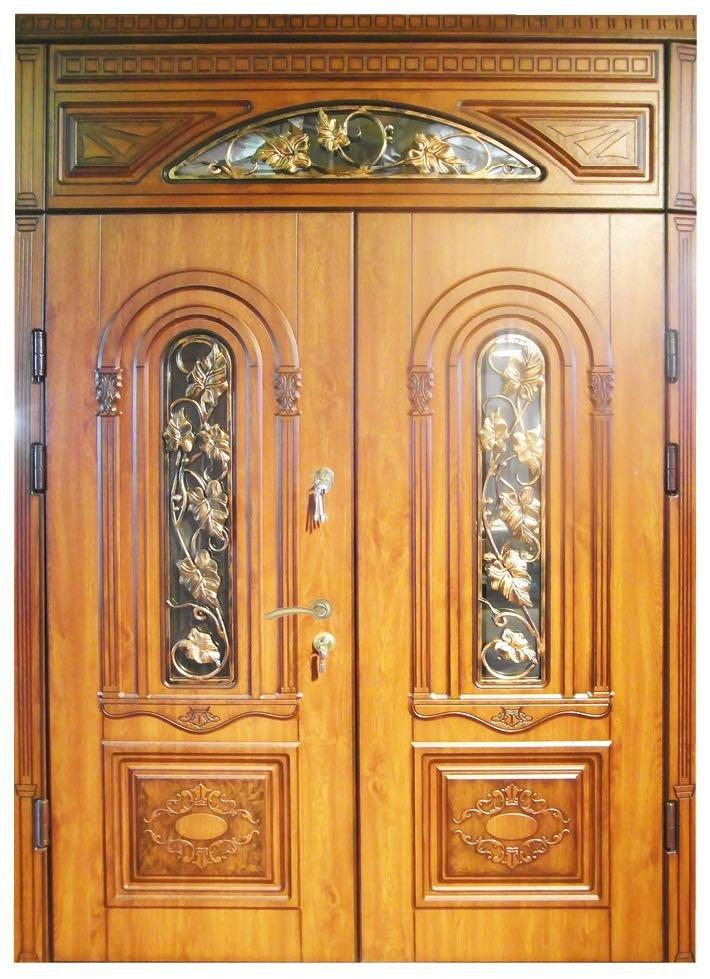 Дверь из дерева с деревянной фрамугой