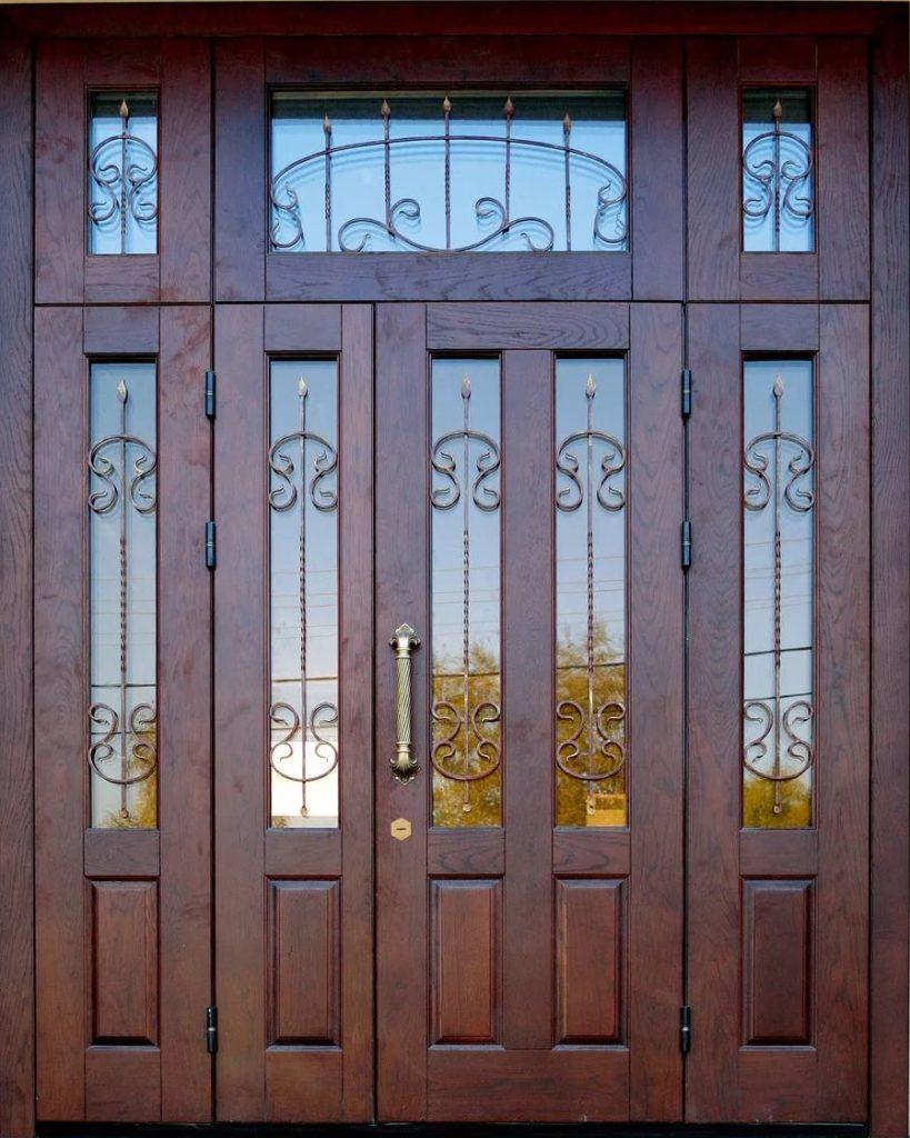 Дверь с фрамугой и ковкой