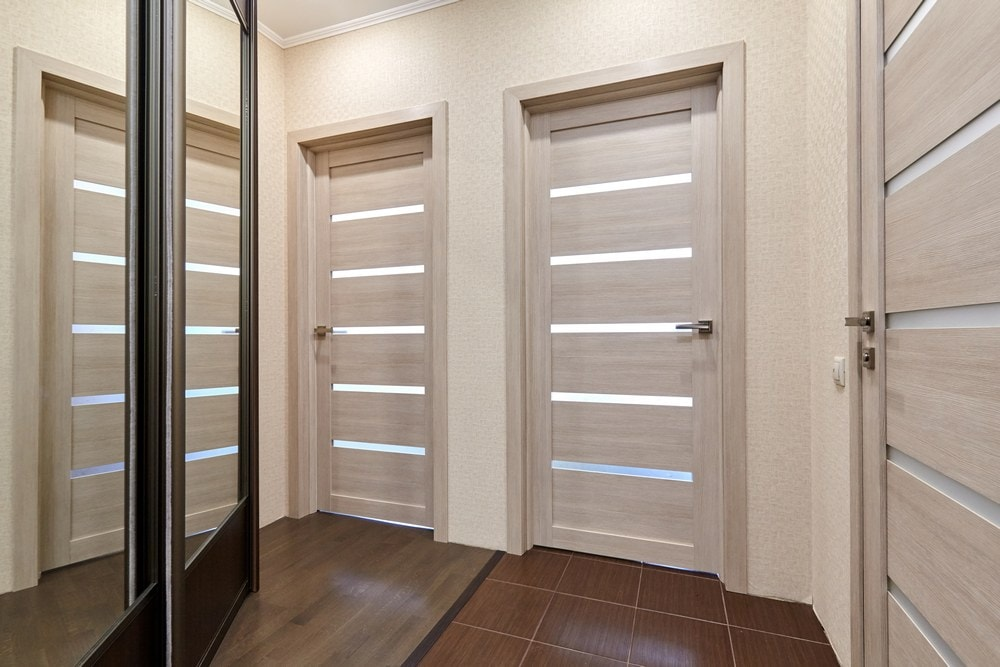 Коридор со светлыми дверями