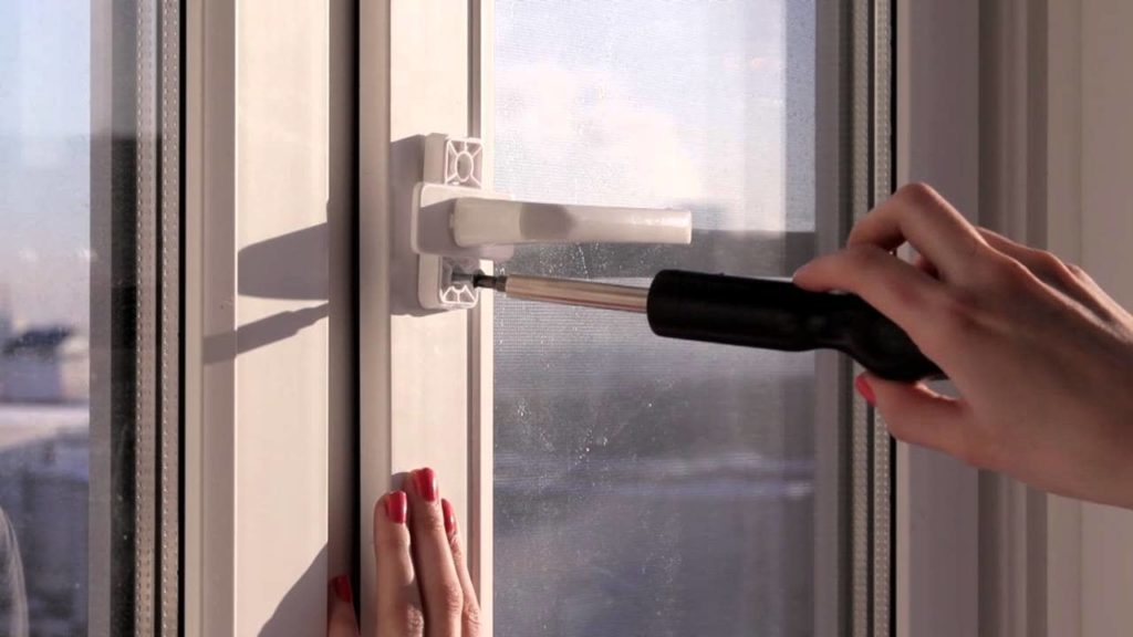 Прикручивание ручки двери балкона
