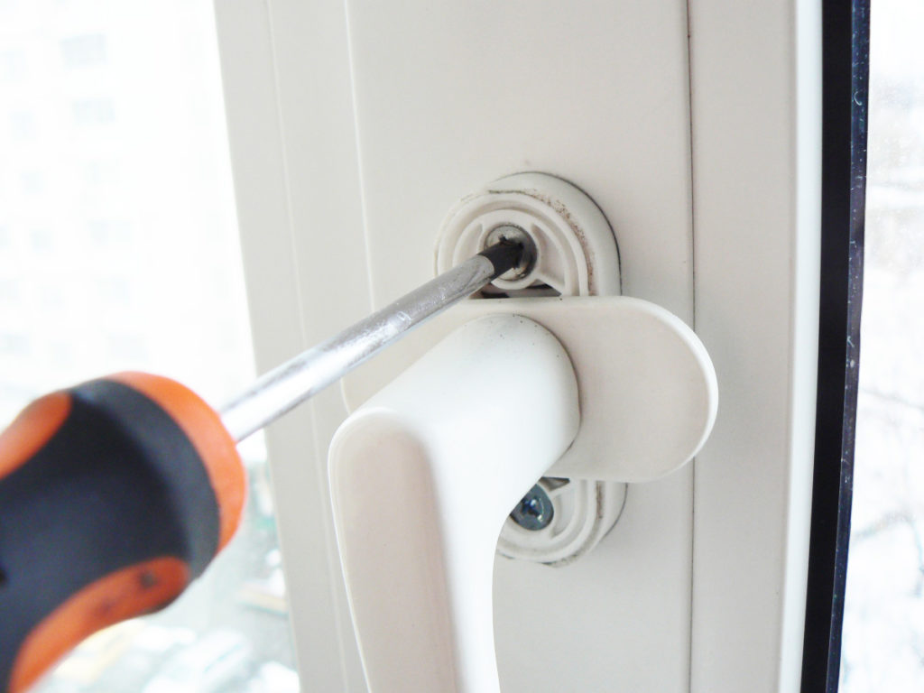 Монтаж ручки балконной двери