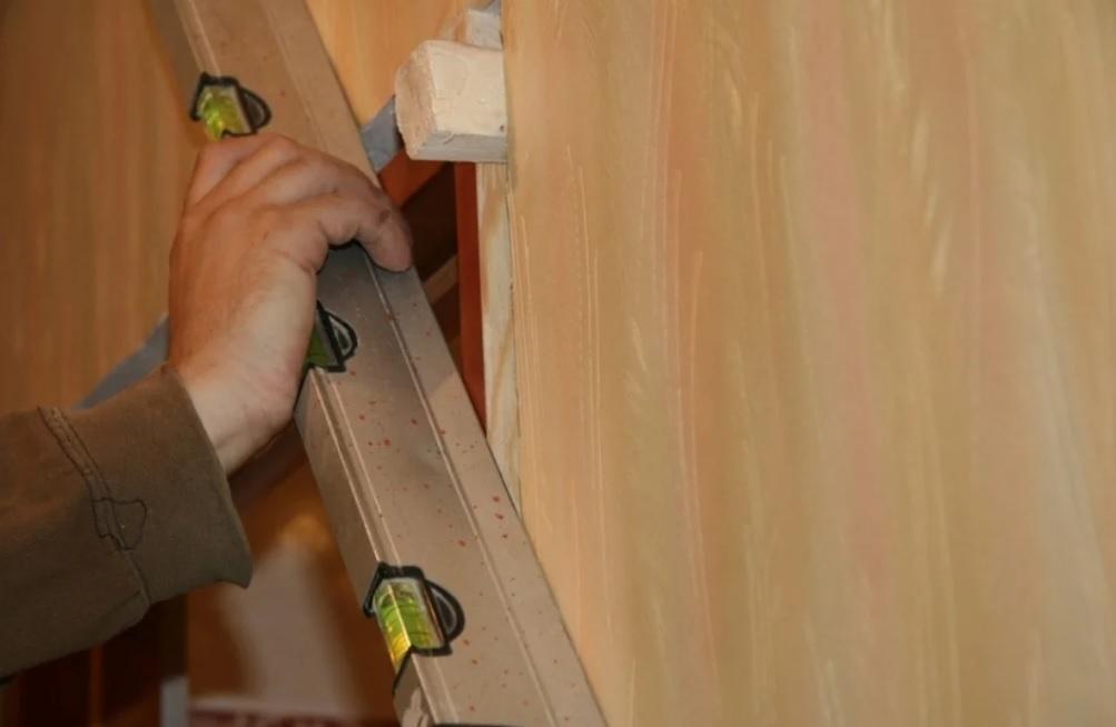 Проверка ровности установки короба двери