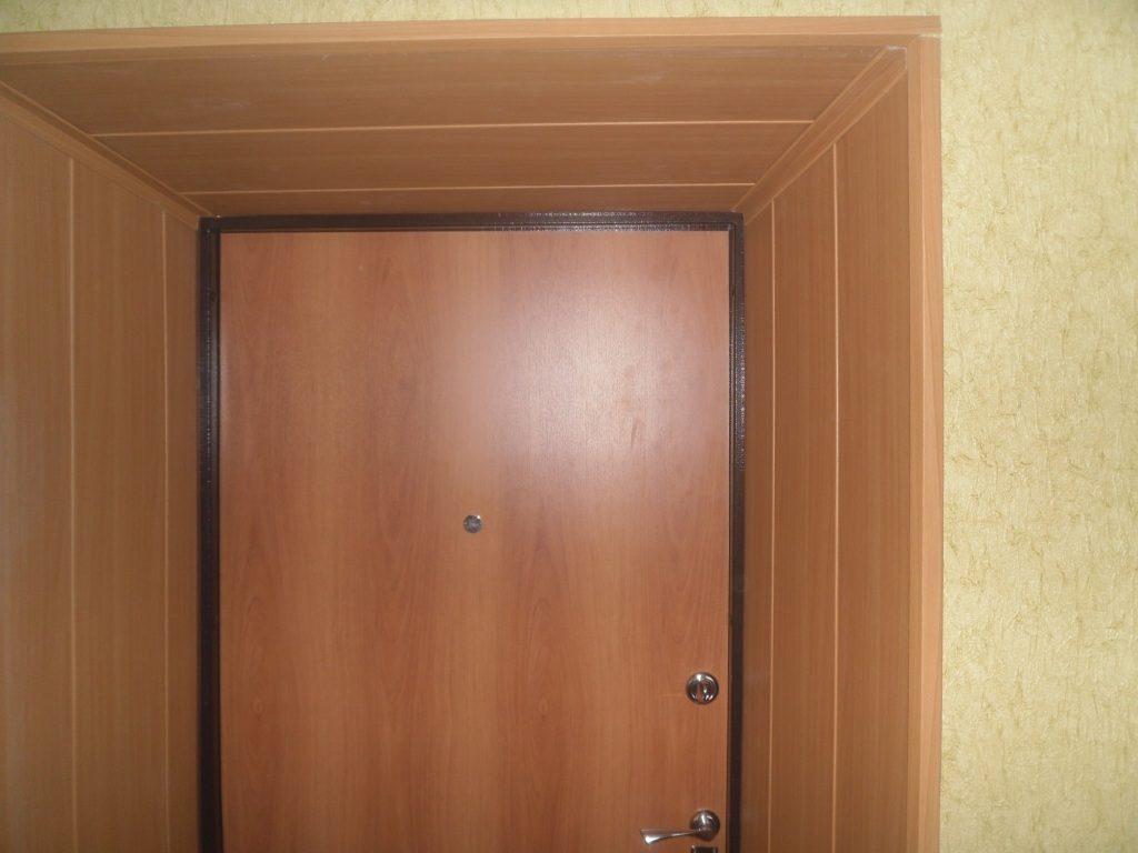 Отделка проема входной двери ПВХ панелями