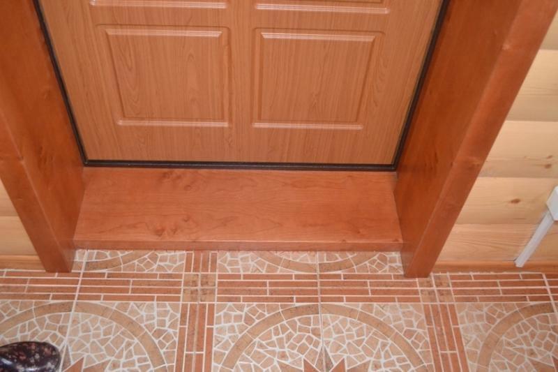 Деревянный порог входной двери