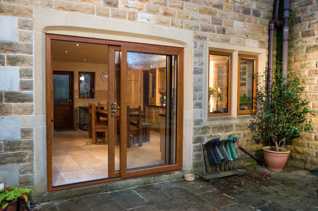 Раздвижная дверь в загородном доме